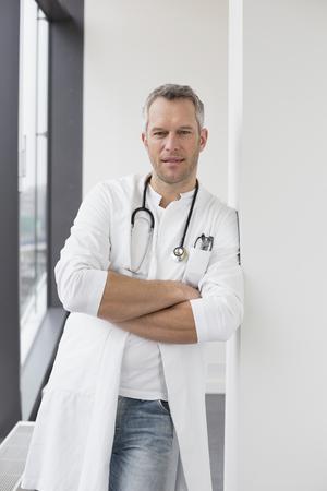 Doctor de pie con los brazos cruzados, retrato LANG_EVOIMAGES
