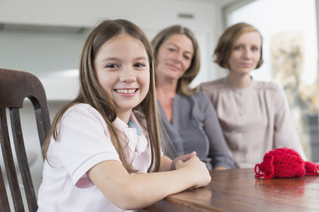 Feliz nieta con madre y abuela, retrato