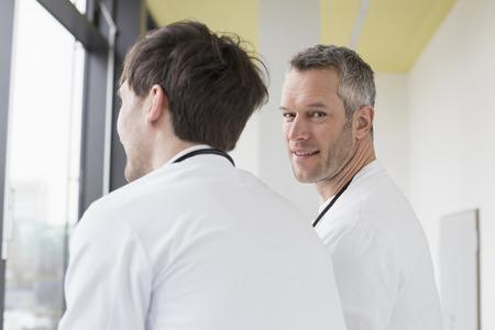 looking away from camera: Doctors taking break LANG_EVOIMAGES