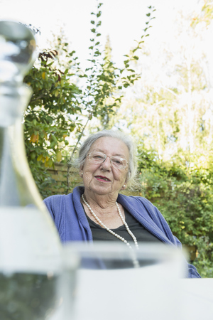 optimismo: Portrait of female senior, close-up, bottle of water