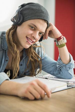 rastas: Joven, llevando, auriculares, estudiar, hogar, munich, baviera, alemania