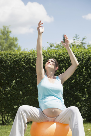 tummy time: Stretching pregnant woman garden fitness