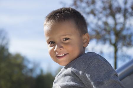 nahaufnahme: Smiling small young boy portrait close up