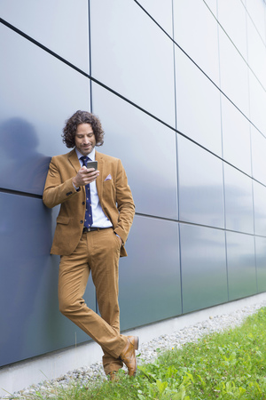 Portrait man business suit cell phone reading SMS LANG_EVOIMAGES