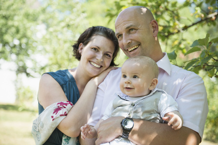 twee: Laughing parents with smiling baby
