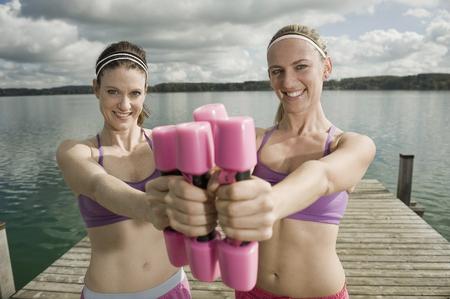levantar peso: Mujeres haciendo ejercicio con pesas, Woerthsee, Baviera, Alemania