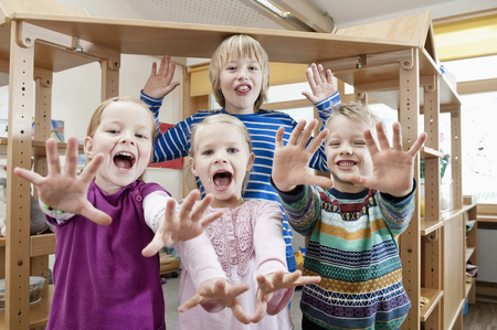 twee: Four children with outstretched arms screaming LANG_EVOIMAGES