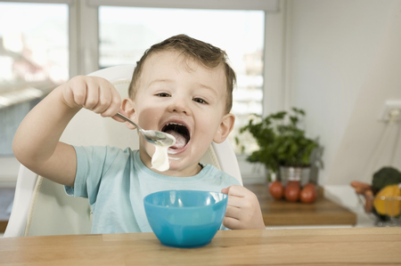 twee: Portrait of boy eating pap LANG_EVOIMAGES