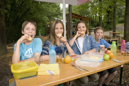 10 11 years: Portrait of boys and girls eating food, smiling LANG_EVOIMAGES