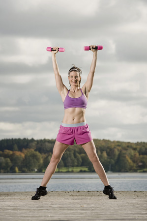 levantar peso: Mujer, entrenamiento, Dumbbells, Woerthsee, Baviera, alemania LANG_EVOIMAGES