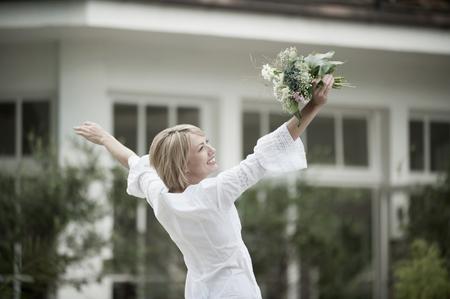 vestidos de epoca: Mujer bailando emocionada con ramo de boda