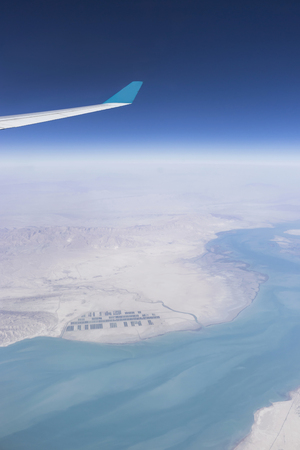 plan éloigné: Cropped image of airplane flying above oman and red sea Iran, Oman