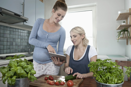 pointing herb: Pregnant woman girlfriend kitchen tablet computer LANG_EVOIMAGES