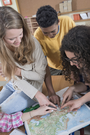 german ethnicity: University students pointing in map in classroom, Bavaria, Germany LANG_EVOIMAGES