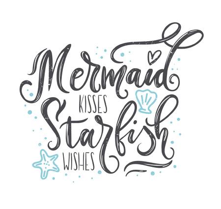 Pocałunki syreny, życzenia rozgwiazdy z ręcznie rysowanymi elementami morskimi i napisami. Cytat na lato z rozgwiazdą, muszelkami, sercami i perłami. Letnie koszulki drukowane, zaproszenia, plakat.