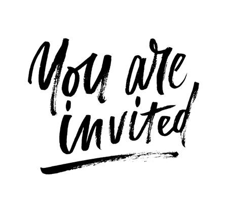 ブラシレタリング招待状を招待されています。パーティーの招待状、誕生日、記念日、婚約、結婚式のための白い背景に隔離された現代の書道。ベ