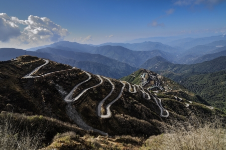 Las carreteras con curvas en Old Silk Route, Dzuluk, Sikkim photo