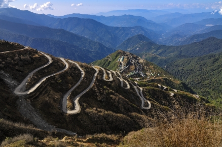 Carreteras con curvas en Old Silk Route, ruta de comercio de seda entre China y la India, Sikkim photo