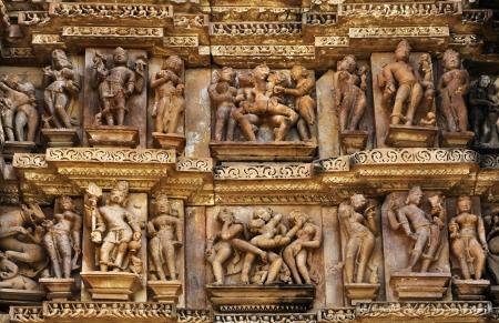 Erotic Human Beelden aan Cakravarti Tempel, West-tempels van Khajuraho, Madhya Pradesh, India - Het is een UNESCO werelderfgoed, populair bij toeristen over de hele wereld Stockfoto