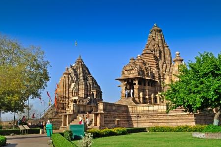 카 주 라 호, Madhya 프라 데시 주, 인도 -2011 년 3 월 Matangeshvara 및 Lakshmana 사원, 2011 년 3 월 21 일에 카 주 라호의 서 부 사원에서 외국인 방문자 카 주 라  스톡 콘텐츠