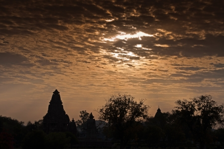 Los templos de Khajuraho occidentales en el amanecer, Madhya Pradesh, India photo