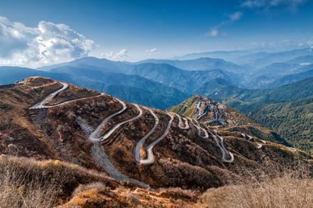 Mooie bochtige wegen in de oude Zijderoute, Silk handelsroute tussen China en India, Sikkim Stockfoto