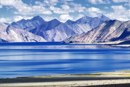 Berge und Pangong Tso (See). Es ist großer See in Ladakh, Höhe 4350 m (14.270 ft). Es ist 134 km (83 Meilen) lang und erstreckt sich von Indien nach Tibet. Leh, Ladakh, Jammu und Kaschmir, Indien Standard-Bild - 36452731