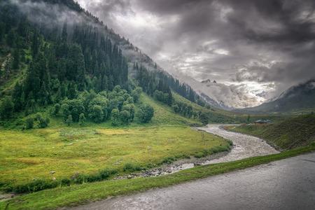 산과 인도의 인더스 강 라다크, 그린 밸리 sccenary, 잠무와 카슈미르, 인도의 폭풍우 구름 스톡 콘텐츠