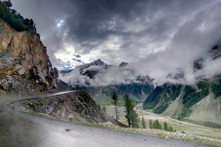 Ladakh 그린 밸리 sccenary Jammu와 카슈미르 인디아의 산들에 폭풍 구름 스톡 콘텐츠