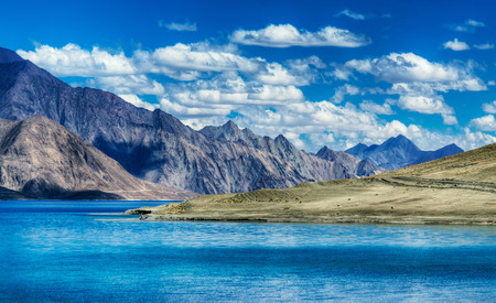 山とパンゴン ・ ツォ湖湖。ラダック高度の巨大な湖は 4350 m 14270 フィート。134 km 83 長いが、インドからチベットに伸びる。レー ・ ラダック ジャン