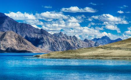 Montagnes et Pangong tso Lac. Il est immense lac au Ladakh altitude 4350 m 14270 ft. Il est de 134 km 83 mi long et étend l'Inde au Tibet. Leh Ladakh Jammu et Cachemire en Inde
