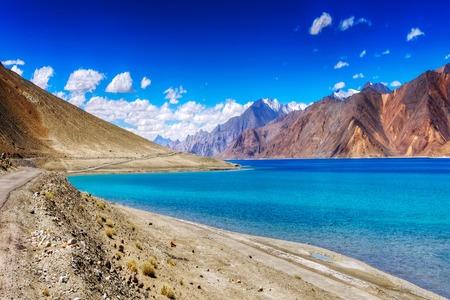 산맥과 Pangong TSO 호수. 그것은 라다크에서 거대한 호수, 고도 4,350m 14,270 피트입니다. 그것은 긴 134km (83) 마일이며 티베트 인도에서 확장합니다. 레, 라 스톡 콘텐츠