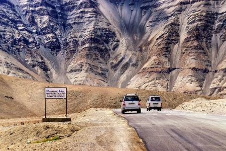 """gravity: Una colina gravedad donde los coches de baja velocidad se dibujan contra la gravedad es muy conocida por ser """"Magnetic Hill"""", una maravilla natural en Leh, Ladakh, Jammu y Cachemira, India Foto de archivo"""
