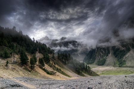 자 무족과 카슈미르, 인도의 녹색 계곡 sccenary 산맥에 폭풍 구름 스톡 콘텐츠
