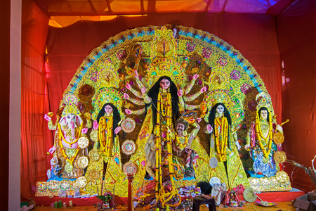 hinduismo: KOLKATA , INDIA - OCTOBER 21, 2015 : Beautifully interior of decorated Durga Puja pandal, at Kolkata, West Bengal, India. Durga Puja is biggest religious festival of Hinduism. Editorial