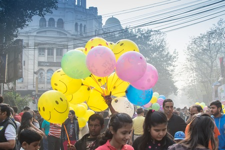 KOLKATA, WEST BENGAL, INDIA - FEBRUARY 7TH 2016 : Unidentified man selling balloons to city children on blocked, otherwise busy, Park Street for Happy Street event. Children played, enjoyed and had fun. Publikacyjne