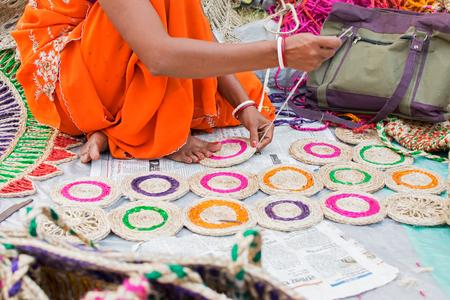 Handweberei aus Jute Bahnen, Kunsthandwerk auf dem Display während der Handwerksmesse in Kalkutta. Größter Handwerksmesse in Asien.