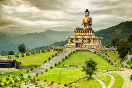 Rabangla, 시킴, 인도에서 주님 부처님의 아름 다운 거 대 한 동상. 히말라야 산맥에 둘러싸여 부처 파크라고 불리우며 인기있는 관광 명소입니다.