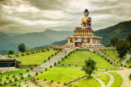 Schöne riesige Statue von Lord Buddha, bei Rabangla, Sikkim, Indien. Umgeben von Himalaya-Bergen heißt es Buddha-Park - eine beliebte Touristenattraktion. Standard-Bild - 78877967