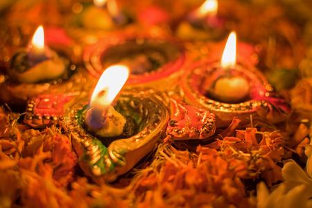 Deepabali, Deepavali 또는 Deepawali - 빛의 축제, 널리 인도와 지금 전세계에서 축하합니다. Rangoli Diyas - 다채롭고 장식 된 양초가 밤에 어둠을 멀리 던지기 위