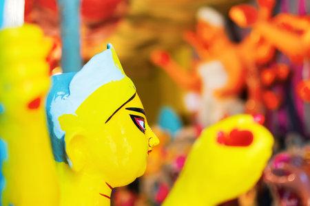 """KOLKATA, WEST BENGAL, INDIA - 25 DE SEPTIEMBRE DE 2016: ídolo de arcilla de la diosa Durga, en preparación para el festival """"Durga Puja"""" en Kumartuli, Kolkata, el festival más grande del hinduismo."""