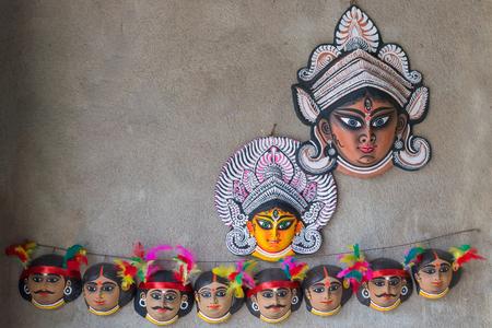 Bunte Chhau (oder Chhou) Masken der Göttin Durga und Stammes-Indianer, Kunsthandwerk auf dem Display zum Verkauf - in Charida, Purulia - Bangla (ehemals Westbengalen), Indien. Chhou ist ein indischer Stammestanz. Standard-Bild
