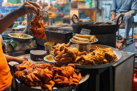 Pikantny pieczony kurczak tandoori, kabab z kurczaka, przygotowany do sprzedaży wieczorem jako jedzenie uliczne na rynku Old Delhi. Słynie z pikantnych indyjskich niewegetariańskich potraw ulicznych. Jest to znane miejsce turystyczne.