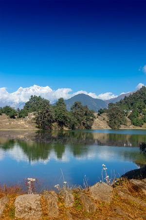 Deoria Tal , also Devaria or Deoriya is a high altitude lake in Uttarakhand, India. Blue sky with snow-covered mountains, Chaukhamba is one of them, in the background. Vertical image. 스톡 콘텐츠