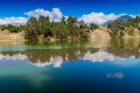 Deoria Tal , also Devaria or Deoriya is a high altitude lake in Uttarakhand, India. Blue sky with snow-covered mountains, Chaukhamba is one of them, in the background. 스톡 콘텐츠