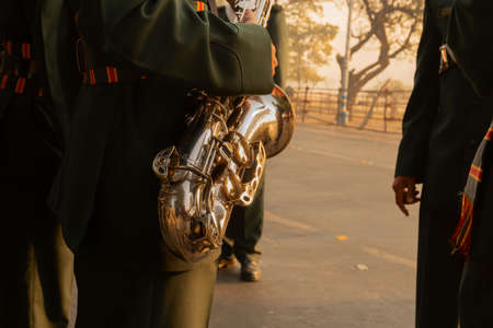Indian army man playing saxophone. Shot in the morning, Kolkata, West Bengal, India. Banque d'images