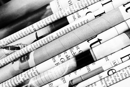 reciclaje papel: Doblado fondo peri�dicos Foto de archivo