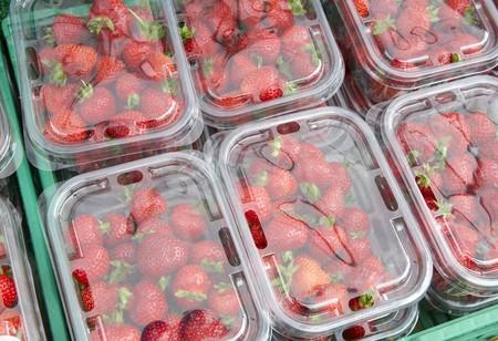 Aardbeien in transparante plastic doosjes