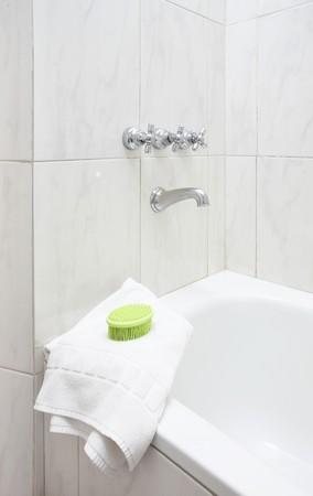 Groene massage borstel op wit dubbele handdoek in de moderne badkamer Stockfoto