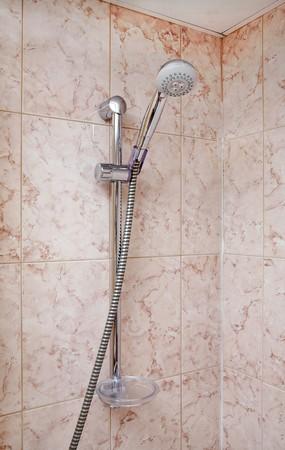 De hoek van een bad kamer met de douche op de houder